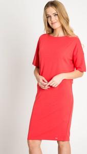 Czerwona sukienka QUIOSQUE z okrągłym dekoltem dopasowana