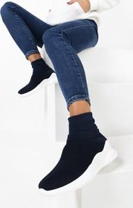 Granatowe buty sportowe born2be sznurowane na koturnie