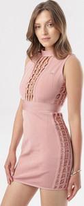 Różowa sukienka born2be w stylu casual mini z golfem