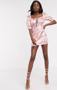 Różowa sukienka In The Style z krótkim rękawem