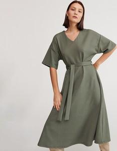 Zielona sukienka Reserved z dzianiny midi rozkloszowana