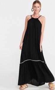 Czarna sukienka Reserved z odkrytymi ramionami z dekoltem halter