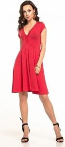 Czerwona sukienka Tessita z dekoltem w kształcie litery v z krótkim rękawem