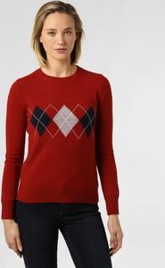 Czerwony sweter Marie Lund w geometryczne wzory