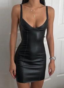Czarna sukienka Arilook z dekoltem w kształcie litery v na ramiączkach