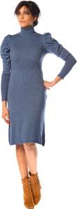 Niebieska sukienka So Cachemire z długim rękawem z golfem