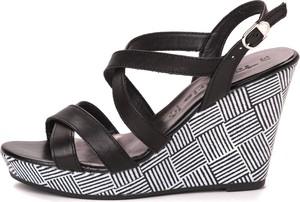 Sandały tamaris na koturnie w stylu casual z klamrami