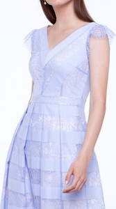 Niebieska sukienka L'AF mini z dekoltem w kształcie litery v