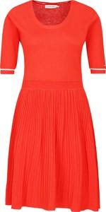 Sukienka Calvin Klein z krótkim rękawem z okrągłym dekoltem z jedwabiu
