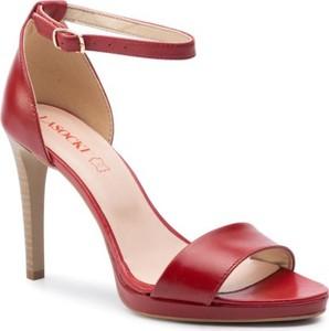 Czerwone sandały Lasocki na wysokim obcasie