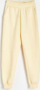 Żółte spodnie Reserved z dresówki