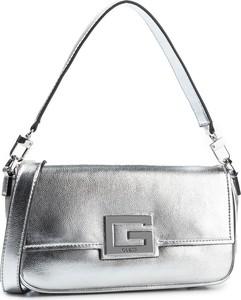 Srebrna torebka Guess w stylu glamour zdobiona mała