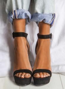 Czarne sandały DeeZee na wysokim obcasie z klamrami na platformie