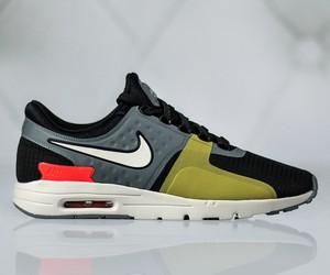 Buty sportowe Nike na koturnie sznurowane w sportowym stylu