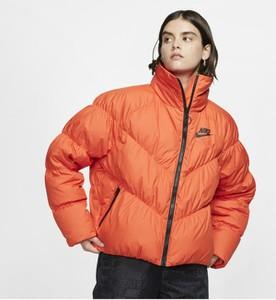 Pomarańczowa kurtka Nike krótka w sportowym stylu