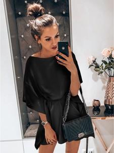Czarna sukienka magmac.pl z okrągłym dekoltem mini