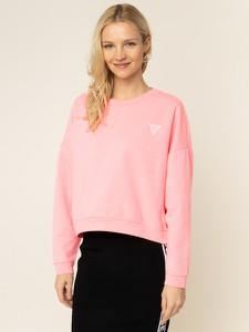 Różowa bluza Guess w młodzieżowym stylu krótka
