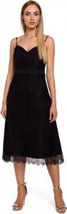Czarna sukienka MOE z dekoltem w kształcie litery v na ramiączkach