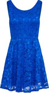 Niebieska sukienka Sisters Point na sylwestra z okrągłym dekoltem