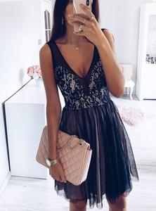 Czarna sukienka Pakuten rozkloszowana mini z tiulu