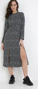 Sukienka born2be w stylu casual midi z okrągłym dekoltem
