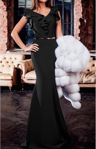 Czarna sukienka Elegrina z dekoltem w kształcie litery v