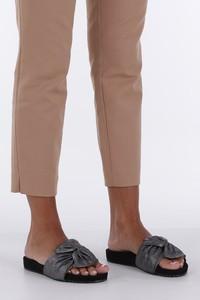 Czarne klapki Casu w stylu casual z płaską podeszwą ze skóry ekologicznej