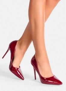 Czerwone szpilki DeeZee w stylu glamour ze spiczastym noskiem na wysokim obcasie
