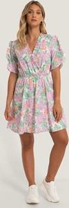 Sukienka NA-KD z krótkim rękawem z dekoltem w kształcie litery v mini