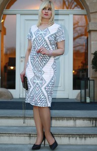 35a3fea77f Sukienka Oscar Fashion dopasowana w geometryczne wzory z krótkim rękawem