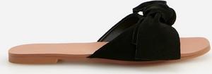 Czarne klapki Reserved w stylu casual z płaską podeszwą