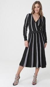 Czarna sukienka born2be z długim rękawem rozkloszowana z dekoltem w kształcie litery v