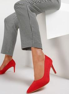 Czerwone szpilki Renee w stylu klasycznym