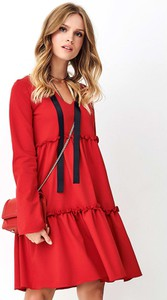 Czerwona sukienka Nominou z szyfonu z długim rękawem