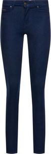 Granatowe jeansy Tommy Hilfiger w street stylu