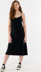 Czarna sukienka Outhorn w stylu casual z okrągłym dekoltem