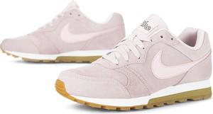 Różowe buty sportowe Nike md runner w sportowym stylu z płaską podeszwą
