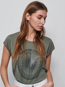 Zielony t-shirt Reserved w młodzieżowym stylu z nadrukiem z krótkim rękawem