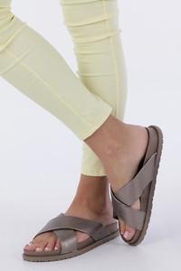 Brązowe klapki Casu z płaską podeszwą w stylu casual ze skóry ekologicznej
