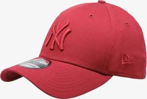 Czerwona czapka new era w młodzieżowym stylu