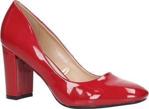 Czerwone czółenka Casu w stylu glamour na obcasie z kwadratowym noskiem