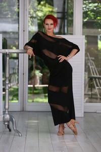 Czarna sukienka Senga z asymetrycznym dekoltem maxi