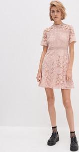 Różowa sukienka House z krótkim rękawem z okrągłym dekoltem