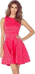 Różowa sukienka NUMOCO z okrągłym dekoltem w geometryczne wzory