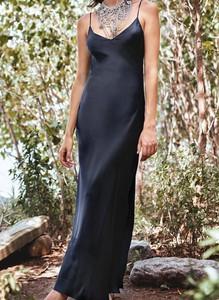 Sukienka Sandbella bez rękawów z satyny z okrągłym dekoltem