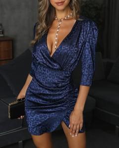 Sukienka Kendallme dopasowana z dekoltem w kształcie litery v mini