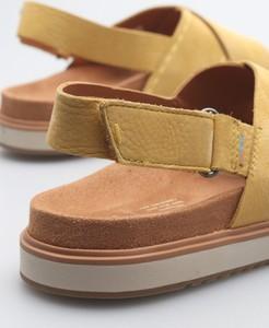 Żółte sandały Toms na niskim obcasie ze skóry w stylu casual