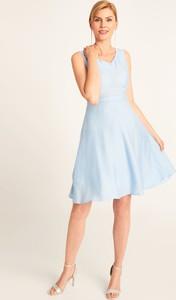 Niebieska sukienka QUIOSQUE rozkloszowana z dekoltem w kształcie litery v