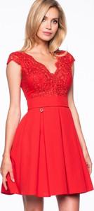 Sukienka Premiera Dona z dekoltem w kształcie litery v z tiulu