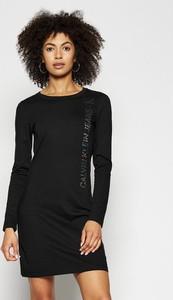 Sukienka Calvin Klein z okrągłym dekoltem z długim rękawem